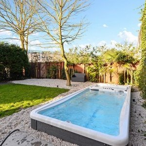 Het is officieel lente. Tijd voor een lekkere frisse duik in de achtertuin. ☀️🌱🌷🏊🏼♀️