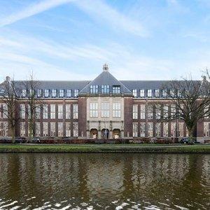 Het mooiste pand van Delft! De voormalige TU Bibliotheek aan het Oostplantsoen. Alleen de entree al met het glas-in-lood. Appartementen beschikbaar via Van Daal Makelaardij.