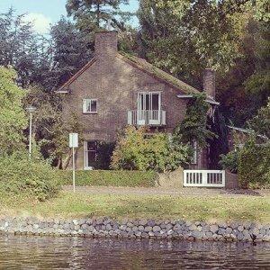 Dit lijkt wel op een huis uit een sprookje. In het bos verstopt aan het water 🏡
